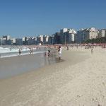 Copacabana. elle est longue de 4,5 km et s'étire entre le Pain de Sucre au nord et la pointe d'Arpoador au sud.