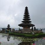 Il fut construit en 1926 et est dédié à Dewi Batari Ulun Danu, déese des lacs et des rivières.