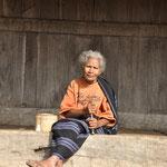 Vieille femme pilant du Betel