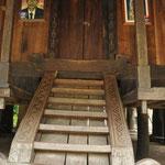 l'escalier qui monte à l'habitation