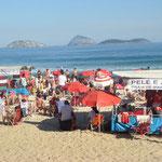 Les buvettes, les marchands ambulants, la plage