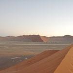 Le soleil va bientôt se lever. Des dunes partout. Les petits points sur la dune sont les gens qui sont encore en train de monter
