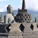 Les Stupas sont des cloches de pierre ajourées logeant des bodhisattvas