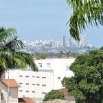 Au loin la vue sur la ville haute