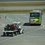 Voilà comment les bagages sont transportés jusqu'à l'avion. Attention aux virages !!