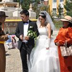 Un mariage. Contraste entre les mariés modernes et les parents en habit traditionnel