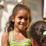 Petite fille jouant dans la Favela