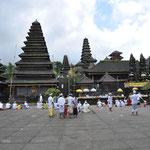 Il y a 3 temples principaux, pour Shiva, Vishnou et Brahma, et également un certain nombre d'autres temples dédiés aux divinités mineures.