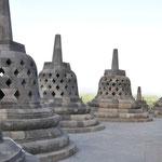 Respectivement 32, 24 et 16 stupas.