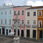 La croix monumentale, et les maisons colorées