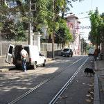 Ici passait le tramway. Mais il est hors service depuis plus de 2 ans suite à un accident