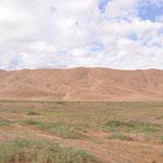 Dunes Khongor Els. Longues de 185 kms et hautes de 20 m parfois. On les appelle les dunes chantantes. Nous allons monter tout en haut de la dune pour le coucher du soleil