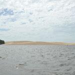 Au bout de la rivière de grandes dunes. Derrière l'océan