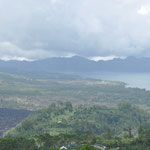 Panorame sur Le lac Batur. Le mont Batur (1717 m) au premier plan