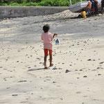 Petite fille ramenant la pêche de son père