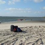 nos valises seules sur la plage... à Atins notre point de chute