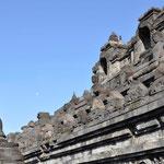 Ces bas-reliefs sont taillés dans de la pierre volcanique grise
