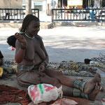 Les Himbas sont une ethnie bantoue de Namibie apparentée aux Héréros. Ces femmes ont quitté leur village.