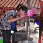 Nous avons eu la chance de rencontrer 3 jours durant une famille nomade. Notre hôtesse se lève tous les jours à 5h00 et là elle prépare le beurre