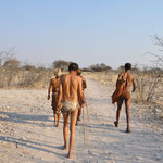 Nous sommes dans le désert du Kalahari. Des bochimen nous explique leur mode de vie. Avant