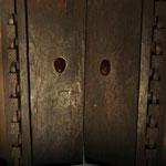 Les poignées de cette porte, sont en forme de seins de femme. Pour avoir un enfant on venait les toucher