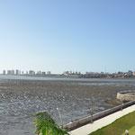 La marée à une amplitude de 7 mètres. Au fond la ville nouvelle