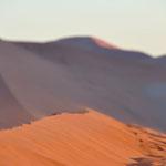 Le sable prend une couleur orangée