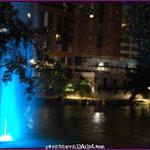 Vista nocturna desde la Plaza del Milenio : Geiser e instalaciones del Club Cisne al fondo