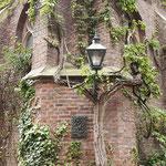 """Partie im Brunnen-Hof der Sankt Marien-Basilika mit Zachaeus-Relief, umrankt von """"Wildem Wein""""."""