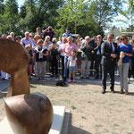 """Aufstellung der Skulptur """"C"""" im Park Jostensbusch in Neuss im Juni 2020 mit Bürgermeister Reiner Breuer"""