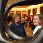 Einweihung der Bronzeskulptur im Rathausfoyer der Stadt Neuss - Carola Eggeling (li.) Dr. Christiane Zangs (re.) - 2010