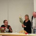 Die Leiter erhalten ein Dankesgeschenk - Bier für die Herren und Rosen für die Damen