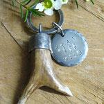 Schlüsselanhänger mit Geweih und Stay Wild Plakette