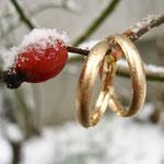 Winterhochzeit mit Trauringen aus Roségold und eismatter Oberfläche