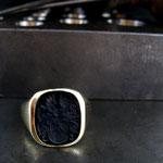 Herren Siegelring aus Gelbgold mit Onyx und Wappengravur.