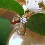 Verlobungsring aus Weißgold mit 7 Brillanten gefasst in Blumenform
