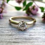 klassischer Verlobungsring aus Weißgold mit Brillant
