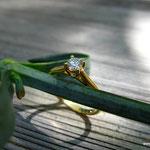 Filigraner Verlobungsring aus Gold mit Krappenfassung und Brillant