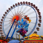 Das Riesenrad mit Ballons.