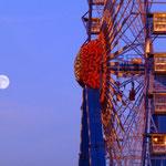 Das Riesenrad und der Mond.