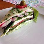 angeschnittene Salattorte