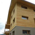 Ost- und Südfassade oberer Teil aus Holz.
