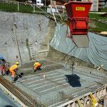 Baugrube und Betonplatte.