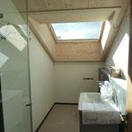 Dusche in der Galerie DG mit Dachlukarne.