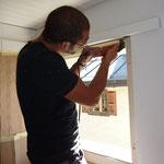 Bruno bei Fenstermontage