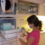 Desinfizieren, reinigen, einpacken und sterilisieren der benutzten Geräte