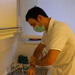 Gründliche Händereinigung vor einem chirurgischen Eingriff