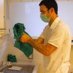 Hände werden mit einem sterilen Handtuch abgetrocknet