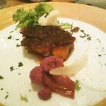 前菜のニンジンとジャガイモのガレット。
