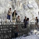 les ouvriers pakistanais au travail sur la Karakoram Highway